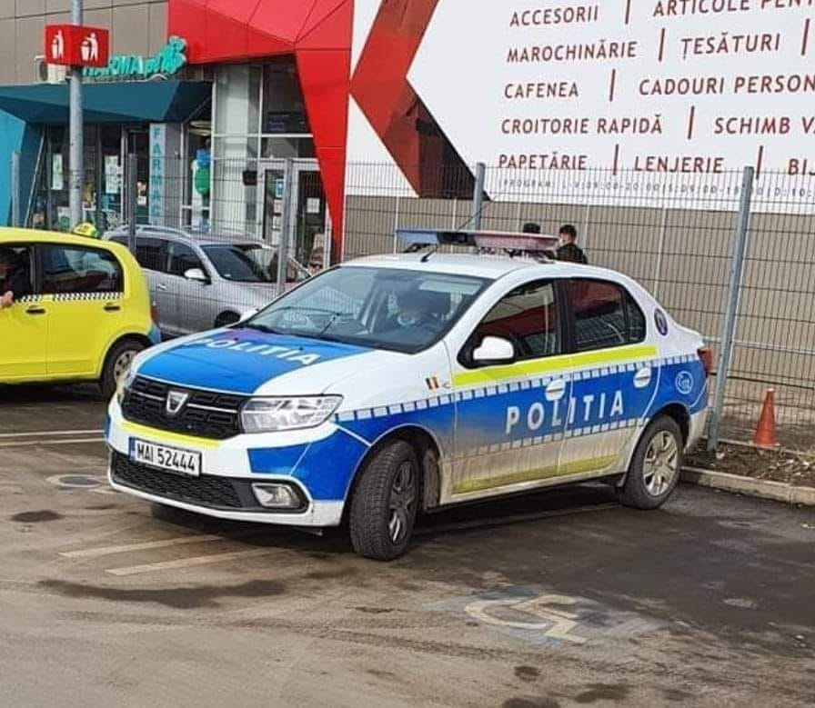 Politistii care au parcat pe doua locuri de parcare pentru cei cu handicap, amendati