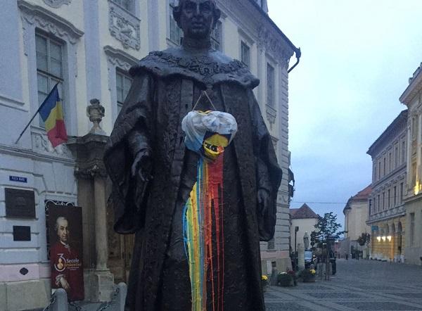Vandalizarea statuii lui Brukenthal prin aplicarea tricolorului, amendata cu 500 de lei