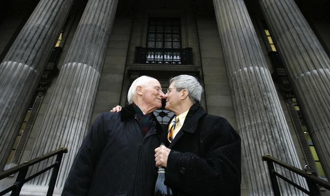 Se cere din nou modificarea Constitutiei pentru interzicerea casatoriilor gay. Proiectul de lege, deja in Monitorul Oficial