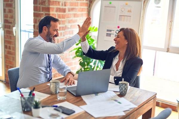 Angajatorii pot premia angajatii care se vaccineaza
