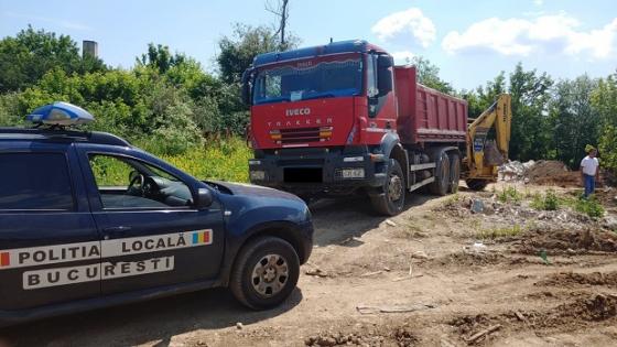 Camion confiscat si amenda de 30.000 de lei pentru aruncarea gunoiului pe un teren viran
