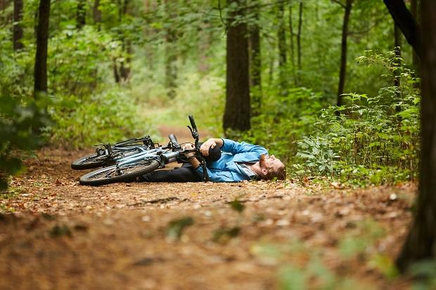 Dosar penal pentru un biciclist care a alunecat si a cazut pe marginea drumului