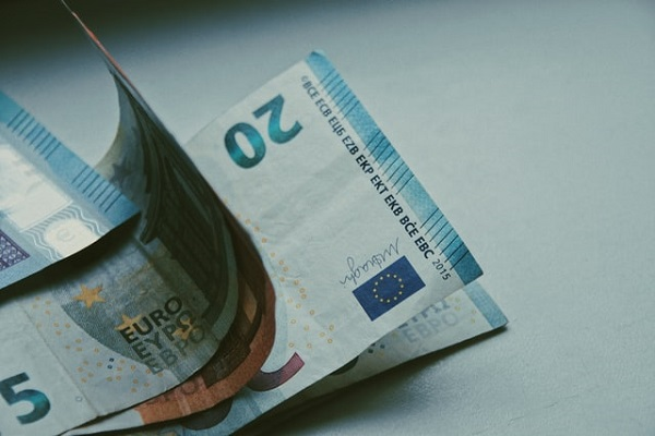 Poti sa pastrezi 1000 de euro gasiti pe strada? Da, cu o conditie!
