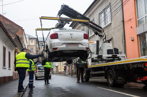 Masinile parcate neregulamentar, ridicate de Politia Locala
